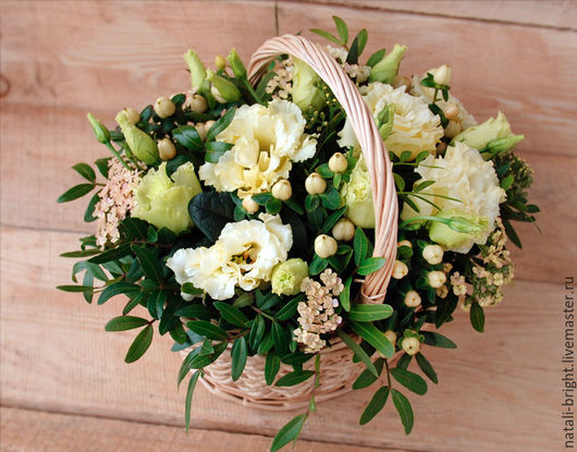 Композиция из живых цветов в корзинке Кремово-салатовая №1