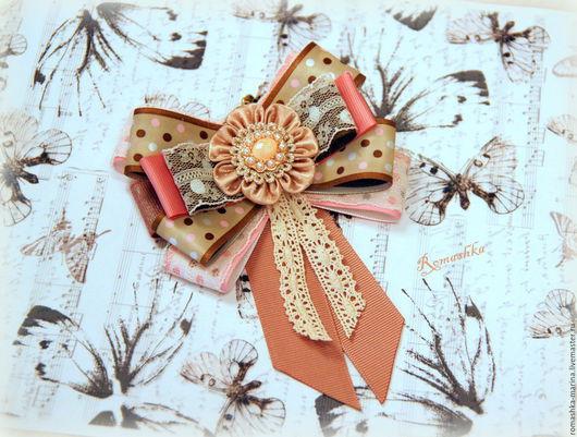 Брошь-галстук `Вкусный горошек` выполнена в нежной цветовой гамме. Сочетание репсовой, атласной ленты и кружева создает ощущение нежности. Работа Покусаевой Марины (Romashka)