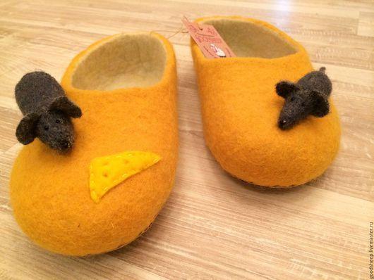 """Обувь ручной работы. Ярмарка Мастеров - ручная работа. Купить Валяные тапочки """"Сыр"""" с мышками. Handmade. Желтый, домашние тапочки"""