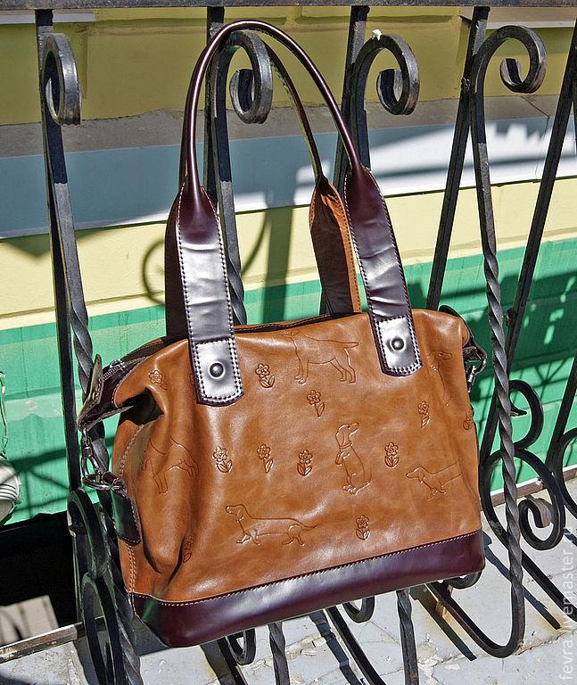 Тепло-коричневая сумочка, из очень приятной кожи, с тиснением милых собак.