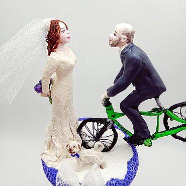 Свадебный салон ручной работы. Ярмарка Мастеров - ручная работа Фигурки: Жених на велосипеде, невеста и собакен, фигурки на свадебный. Handmade.