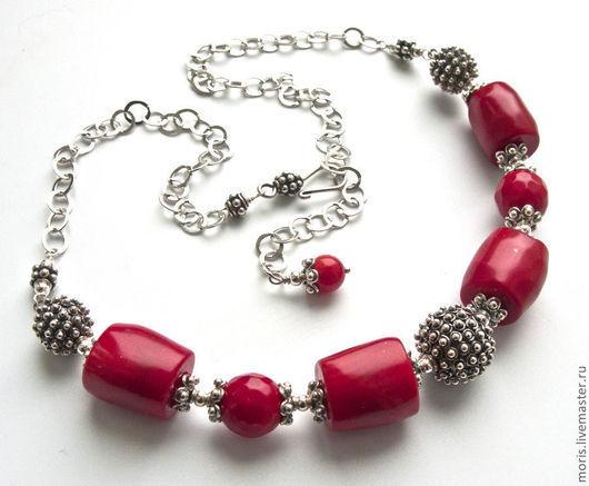 Маленькое яркое колье, полностью из серебра и натуральных красных кораллов, разных форм и размеров, на крупной цепочке из серебра, что дает свободу для регулировки длины.