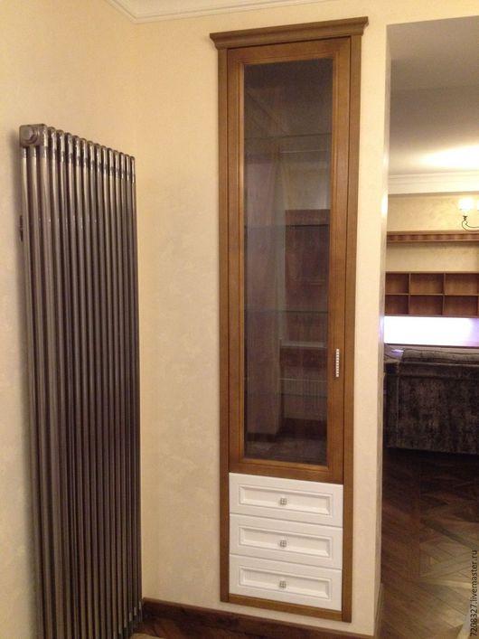 Шкаф со стеклянными дверцами, встроенный в нишу. выполнен из массива ореха. Полки - стекло. Разница в цвете, материалах, размере возможна, благодаря ручной работе.