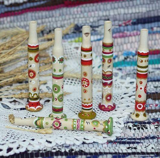 Деревянные игрушки дудочки все разные, но все в одном стиле. Орнамент веду кистью по вдохновению. Русские традиционные узоры. Русский подарок.