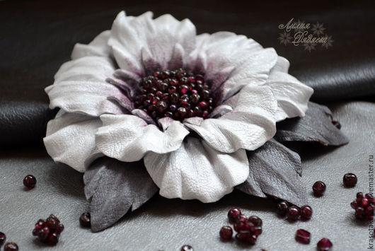 брошь цветок из кожи, украшения из кожи, белый цветок, подарок девушке, кожаные цветы, кожаная брошь, из натуральной кожи, цветок брошь, цветы из кожи, подарок женщине, цветы ручной работы