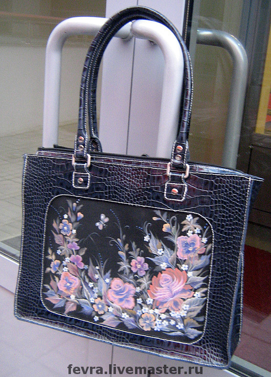 Spacious, business-like and feminine bag and strap painted. Length handles allows to carry the bag on your shoulder.