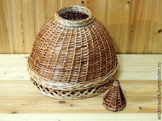 Абажур из ивового прута с плетеным колпачком для закрытия соединительного разъема с проводкой