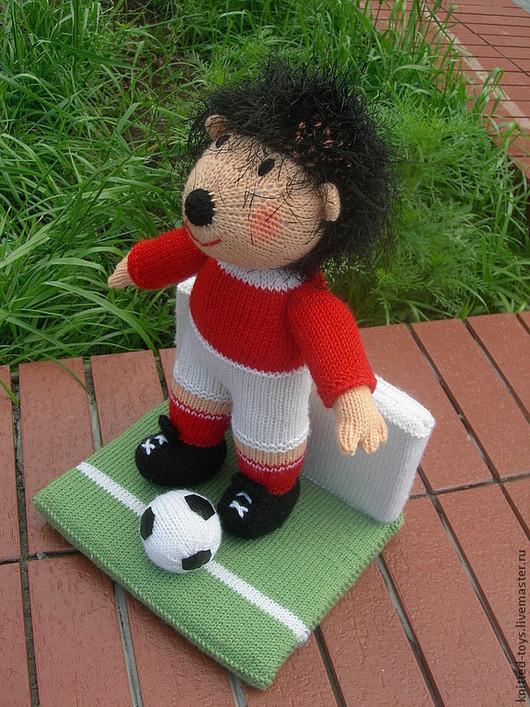 Подарки для мужчин, ручной работы. Ярмарка Мастеров - ручная работа. Купить Ежик. Вязаная интерьерная игрушка из шерсти еж-футболист на стенде. Handmade.