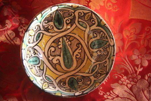 Реплика Иранской средневековой керамики.  Прекрасно подойдет в качестве ежедневной обеденной посуды, и как интерьерное украшение (на обороте имеется небольшое отверстие для крепления на стену)