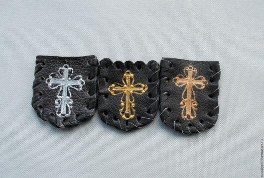 Ладанки мелкие.В наличии. Ладанки в наличии.Слево направо: 1)Темно-коричневая,Крест-распятие,серебро. 2)Черная,Крест-распятие,золото. 3) Черная,Крест-распятие,медь. Шнур на выбор,как в других ладанках