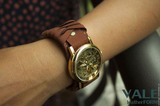 Часы наручные женские на браслете из натуральной кожи коричневого цвета.