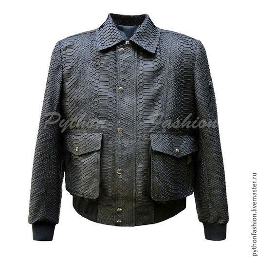 Мужская куртка из питона. Дизайнерская мужская куртка из питона на молнии. Куртка бомбер из питона. Куртка пилот из питона. Модная мужская куртка из питона. Стильная мужская куртка из питона. Бомбер.