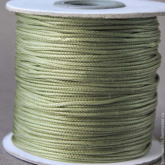Шнур плетеный из хлопка с восковой пропиткой диаметром 1 мм сверху покрыт полиамидом Получается имитация кожи, гладкая и скользкая:) Шнур пр-во Южная Корея, продается по 5 метров