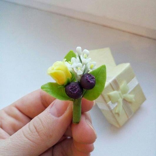 Броши ручной работы. Ярмарка Мастеров - ручная работа. Купить Брошь из холодного фарфора с ягодами черники, розой и веткой сирени. Handmade.