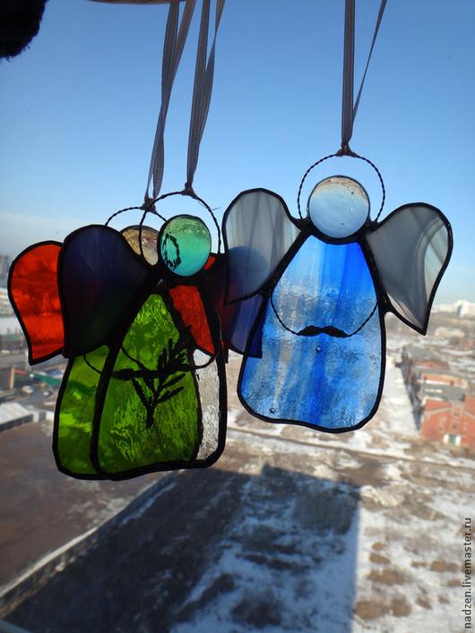 Маленькие интерьерные подвески Ангелы. Отличный небольшой подарок или сувенир. Сделаны из цветного стекла в витражной технике тиффани. Разных цветов.