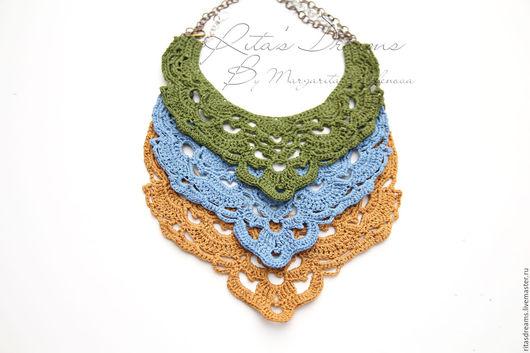 Легкое ажурное колье из натурального льна представлено в трех вариантах цветов: травянисто-зеленый, джинсовый светло-синий и цвета опавшей золотисто-желтой листвы.