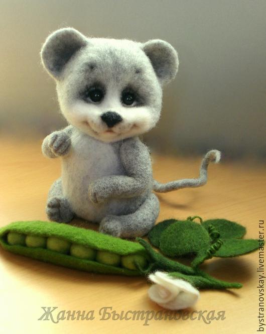 Хочу познакомить Вас с моим новым мышонком, которого зовут Тимоша! Он удивительно жизнерадостный, милый и добрый малыш.У него в лапках стручок зеленого горошка - любимое лакомство! Лапки и головушка на нитяном креплении, хвостик на каркасе, принимает любую форму.