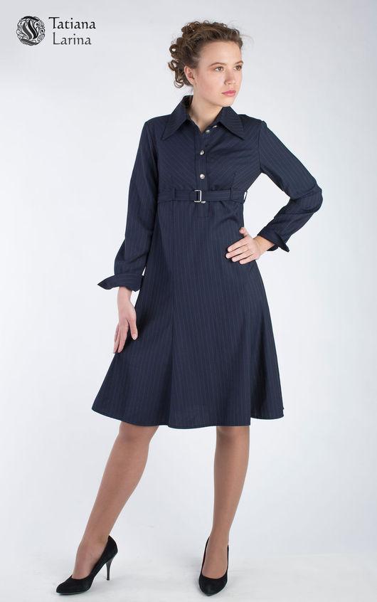 Деловое платье длиною по колено - идеальная длина офисного наряда. Синее платье выполнено из тонкой костюмной шерсти. Платье строгое за счет использование костюмной ткани и рубашечного кроя в верху.