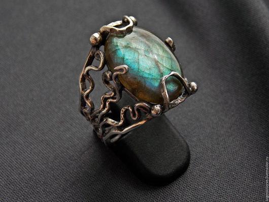 Кольцо с лабрадором  в серебре,выполненное в ручную `Сияние`.