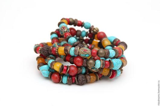 Яркие длинные бусы в тибетском стиле можно носить в один, два, три ряда, наматывать на руку или завязывать узлом. Это универсальное украшение внесет яркий штрих в повседневный образ.