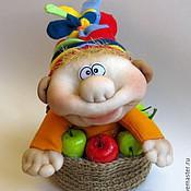 Куклы и игрушки ручной работы. Ярмарка Мастеров - ручная работа Авторская чулочная кукла Гном в яблочной корзинке. Handmade.
