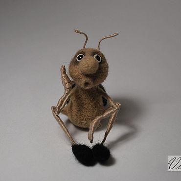 Миниатюрная валяная игрушка жук колорадский