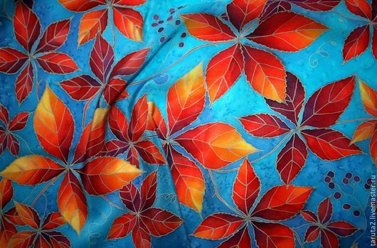 Платок батик `Дикий виноград на синем` (фрагмент росписи)