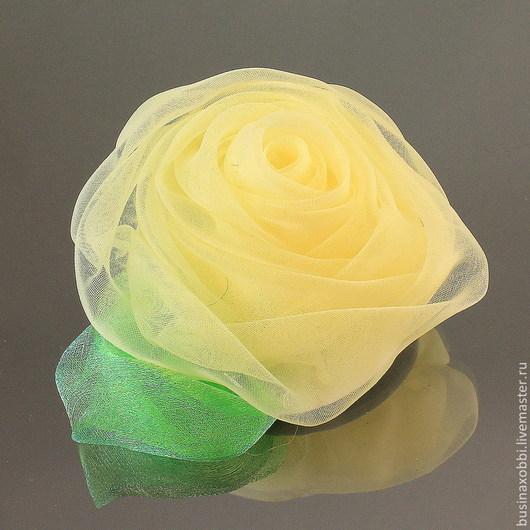 Цветок из ткани (огранза) крупный с листочком Цветок можно использовать как украшения для волос, так и в скрапбукинге Диаметр цветка 7 см, высота 4 см Цвет бледно - желтый