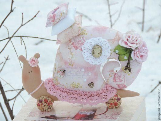 """Куклы Тильды ручной работы. Ярмарка Мастеров - ручная работа. Купить Улитка в стиле Тильда """"Парижанка"""". Handmade. Бледно-розовый"""