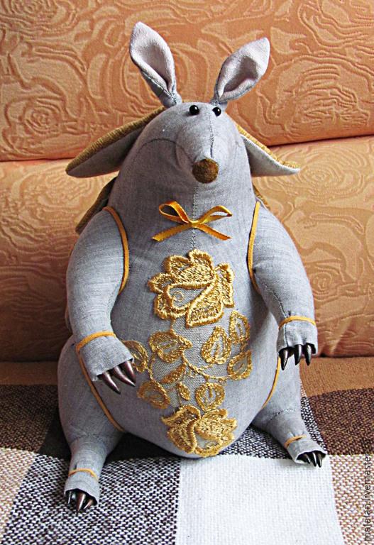 """Игрушки животные, ручной работы. Ярмарка Мастеров - ручная работа. Купить Броненосица """"Кокетка"""". Handmade. Золотой, необычный, красивая, холлофайбер"""