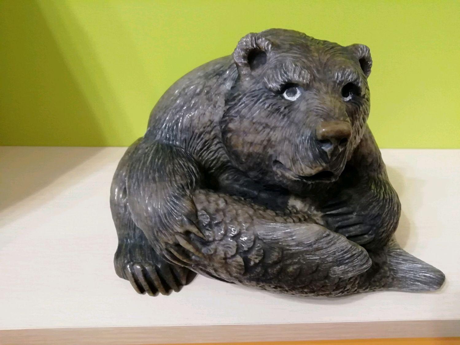 скульптура медведя с рыбой в зубах фото данной коллекции