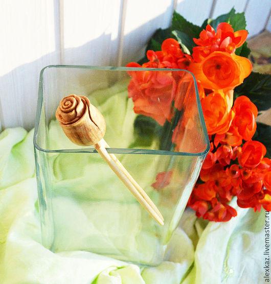 Шпилька `Роза` из можжевельника длина 18 см.  Деревянные заколки не дают волосам электризоваться, состояние волос улучшается. Аромат можжевельника снимает усталость, успокаивает нервную систему, освежает, улучшает сердечную ...Можжевельник выделяет в 6 раз больше, чем сосна ароматических веществ, убивающих бактерии. Древесина можжевельника, как и живое дерево, продолжает выделять фитонциды, которые тоже убивают всю вредную микрофлору вокруг себя, озонируя воздух.