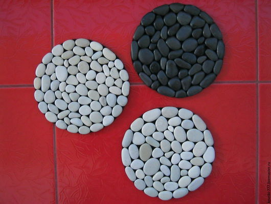 Каменные подставки из натуральной морской отборной гальки. Размер 18х18 см Цена 400 руб. 1 шт.