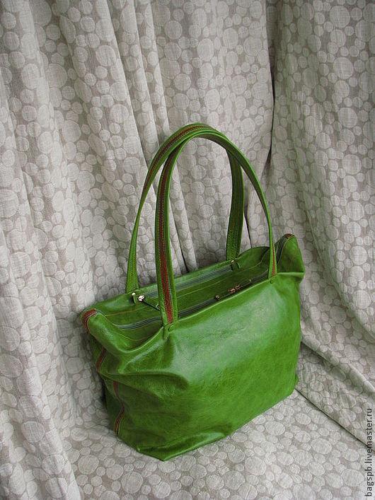 вместительная зеленая кожаная сумка