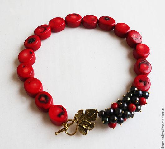 """Колье, бусы ручной работы. Ярмарка Мастеров - ручная работа. Купить Ожерелье из коралла и жемчуга """"Ягодное"""". Handmade. Ярко-красный"""