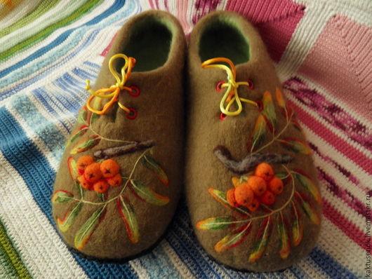"""Обувь ручной работы. Ярмарка Мастеров - ручная работа. Купить Тапочки войлочные """"Рябинки"""". Handmade. Хаки, тапочки из войлока, кожа"""
