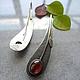 Красивые серьги из серебра со вставкой из ювелирного стекла под гранат. Ювелирное украшение в стиле минимализм. Сережки из серебра.