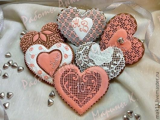 Пряничные сердечки на годовщину свадьбы, Размеры 12*12 см. Можно заказать прянички другого размера - 7*7 см, а также любую цветовую гамму и надпись по вашему желанию.