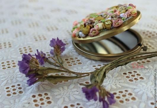 Декорированные зеркальца ручной работы. Ярмарка Мастеров - ручная работа. Купить Карманное зеркальце с цветами. Handmade. Вышивка цветами, зеркало