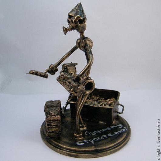 Миниатюрные модели ручной работы. Ярмарка Мастеров - ручная работа. Купить Строитель. Handmade. Скульптурная миниатюра, сувенир из гаек и болтов