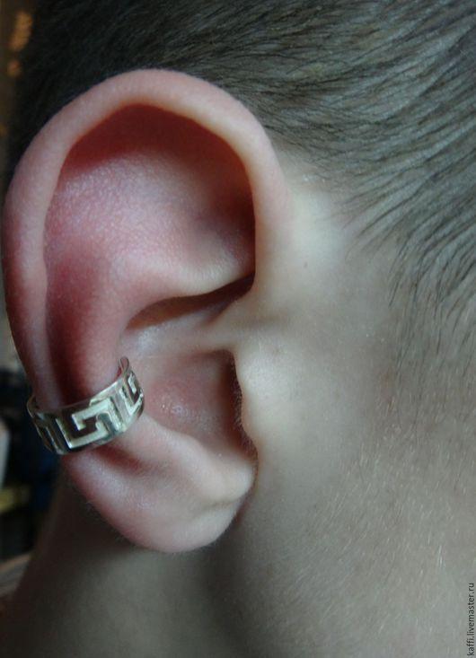 Кафф Меандр выполнен из серебра 925 пробы. Хорошо держится на ушке, обхватывая его как манжет.   Может стать отличным дополнением к любому подарку.