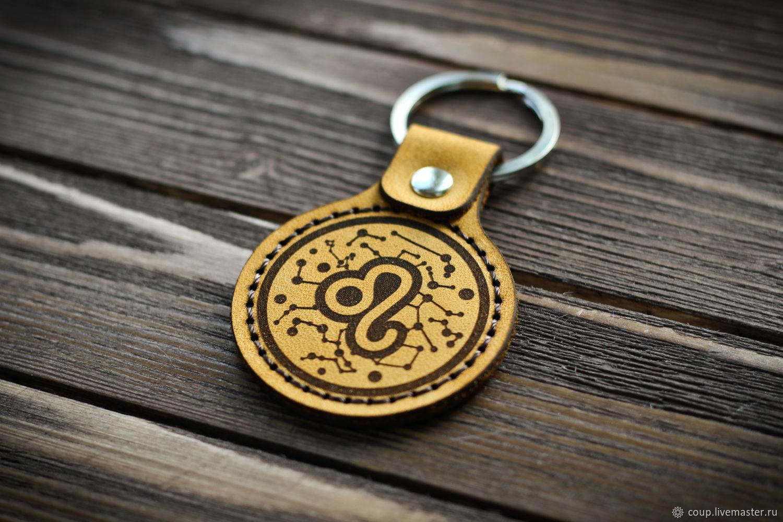 Кожаный брелок из натуральной кожи.  Диаметр 4,5 см.  С таким брелком вы никогда не потеряете свои ключи.  Полезный подарок себе и другу от COUP.
