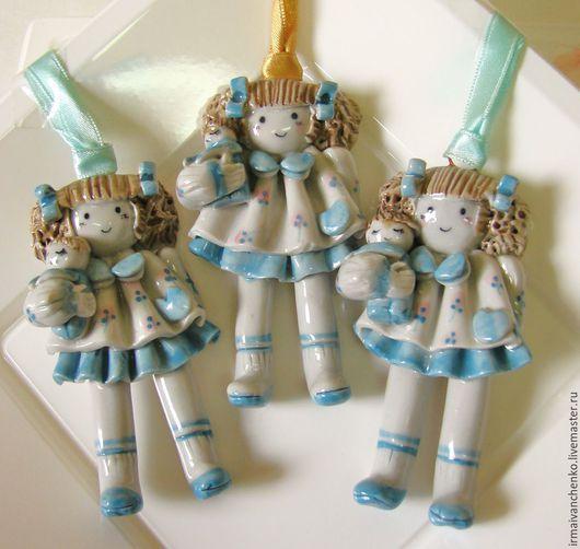 Девчушки из  глазурованного фарфора ( винтаж) имеют рост в 7,5 см, ширина игрушки - 4 см