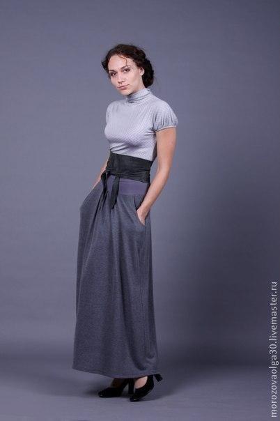 Длинная юбка в пол с карманами из теплого и струящегося трикотажа для осени и зимы. На мягком поясе, благодаря которому, юбка очень комфортна для полных или беременных. На трикотажной подкладке.