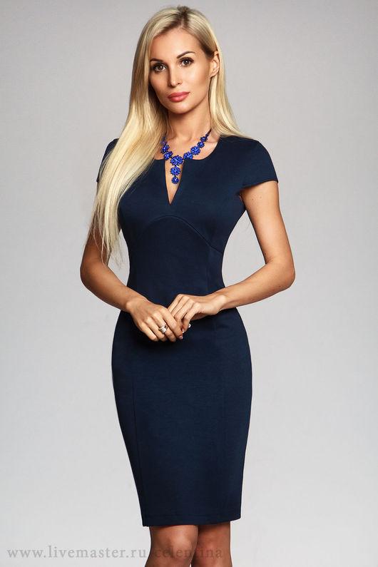 Темно синее платье футляр