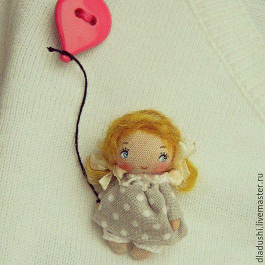 Детская бижутерия ручной работы. Ярмарка Мастеров - ручная работа. Купить Девочка с шариком. Handmade. Разноцветный, текстильная брошь, лето