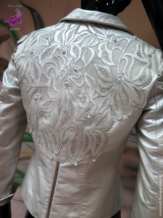 """Верхняя одежда ручной работы. Ярмарка Мастеров - ручная работа. Купить Вышивка-аппликация на кожаной куртке кожей, нитями, жемчугом """"Орхидеи"""". Handmade."""