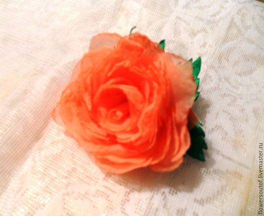Нежный цветок в винтажном стиле с оттенком розово-кораллового цвета с добавлением двух бутонов.