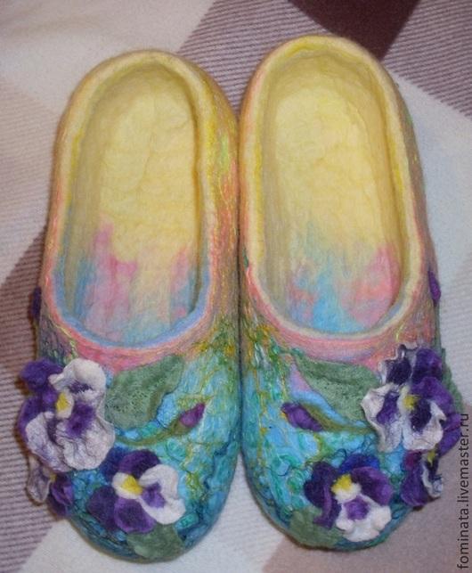 """Обувь ручной работы. Ярмарка Мастеров - ручная работа. Купить валяные тапочки """"Праздник"""". Handmade. Анютины глазки, подарок, зеленый"""