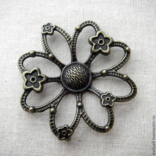 Фурнитура для украшений - подвеска коннектор цветок. Цветок можно использовать для декора сумок, войлока или других поверхностей, в скрапбукинге. Цвет подвески античная бронза. Диаметр коннектора 4,5 см
